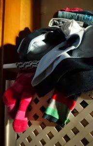 Mental Load mit Kindern, dreckige Wäsche im Wäschekorb